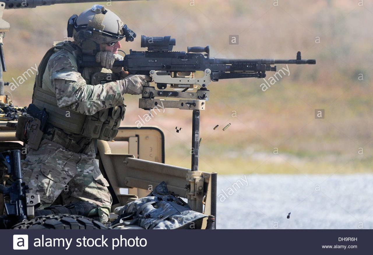 an-army-special-forces-member-fires-an-m240b-machine-gun-on-eglin-DH9R6H.jpg