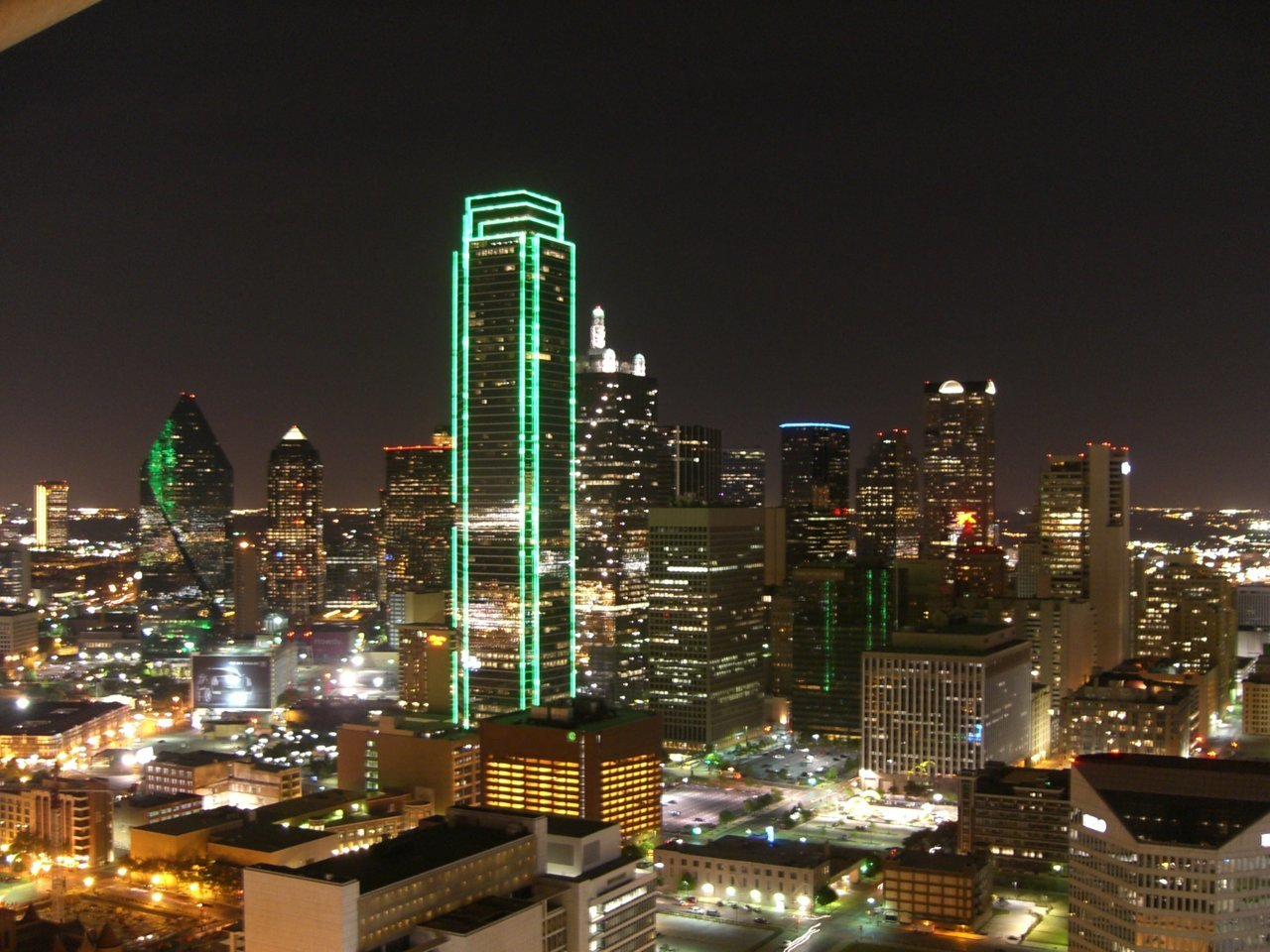 Dallas_Texas_Skyline_bei_Nacht.jpg
