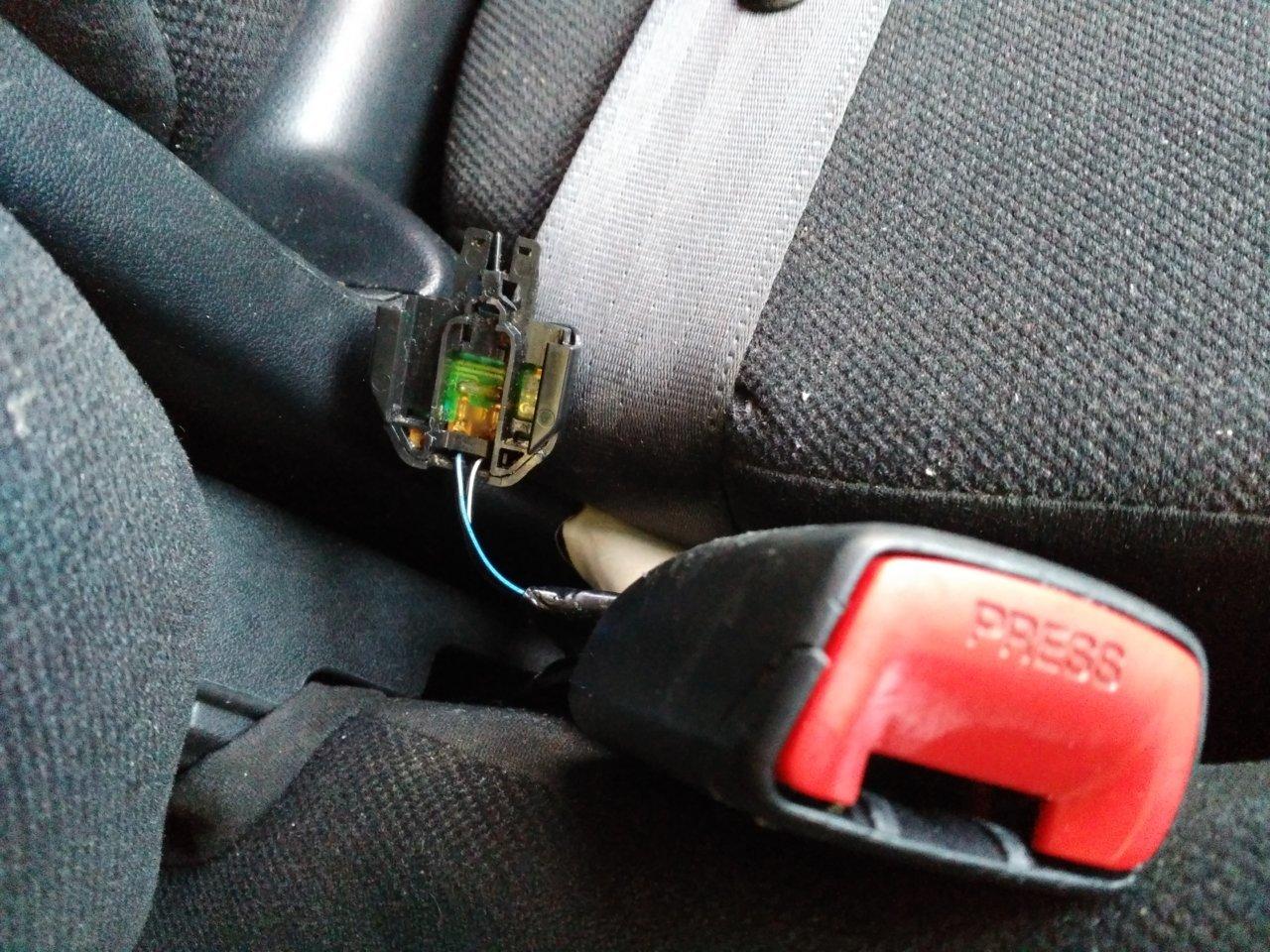 2000 toyota sienna seat belt buckle