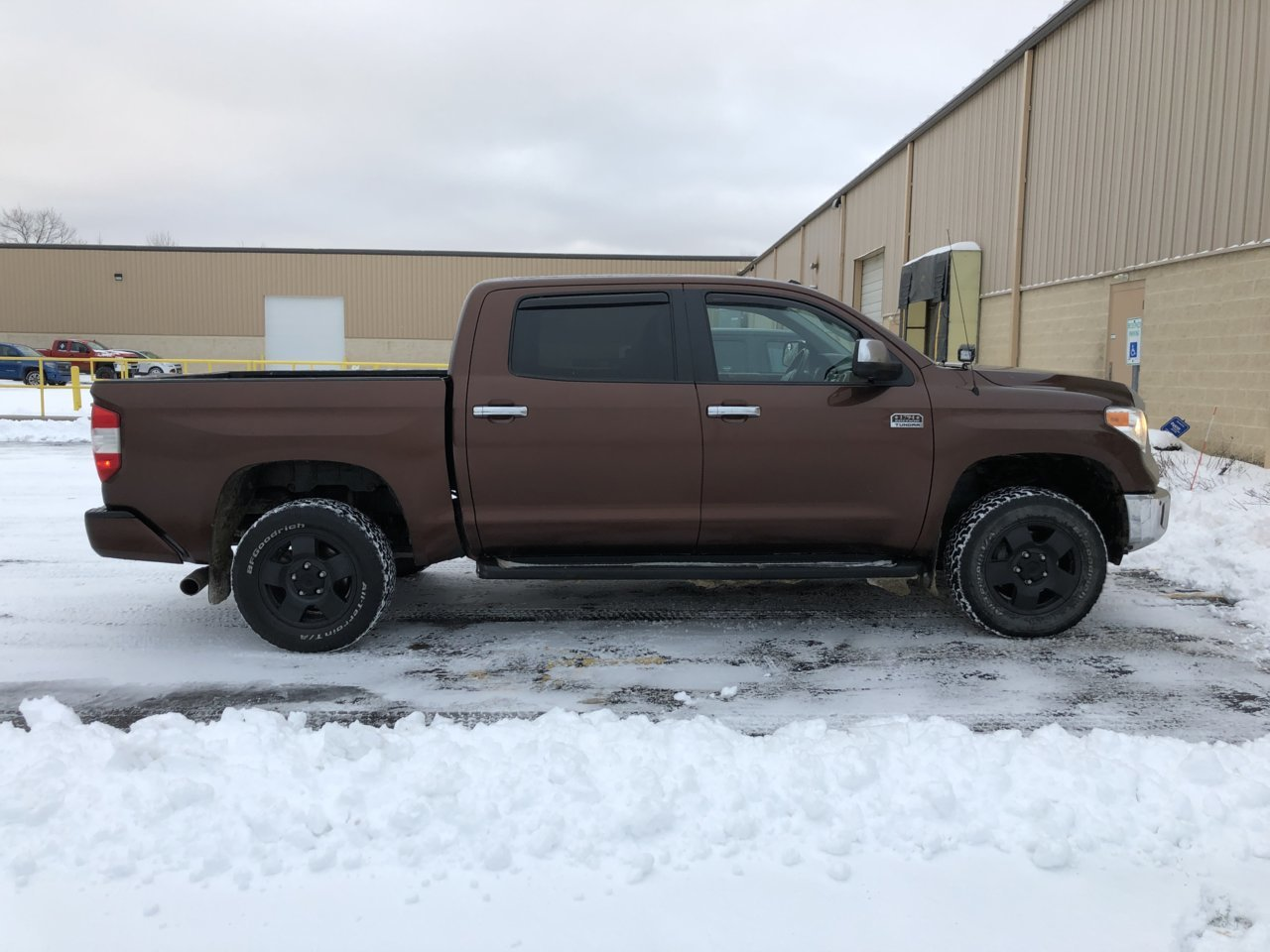 Tundra with 5100s and 1 inch blocks in rear.jpg